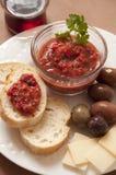 Tomate-Salsa mit Brot, Oliven und Käse stockfotografie