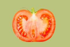 Tomate schweben in einer Luft auf grünem Pastellhintergrund frei stockbild