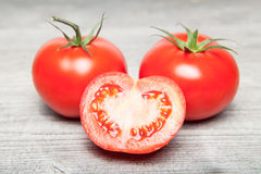 Tomate sur la table grise Photo stock