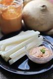 Tomate Tahini und Jicama-Fischrogen auf Plattenvertikale Lizenzfreies Stockfoto