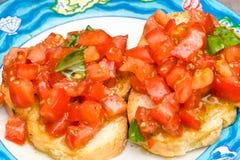 Tomate und Basilikum Bruschetta stockfotos