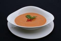 Tomate und Basilikum-Suppe lizenzfreie stockfotografie