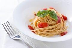 Tomate und Basilikumspaghettis Stockfoto