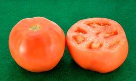 Tomate und eine Scheibe Stockbild