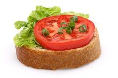 Tomate und eine Scheibe des Vollweizenbrotes lizenzfreie stockfotos