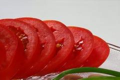 Tomate- und Frühlingszwiebel in den Stücken Lizenzfreie Stockfotografie