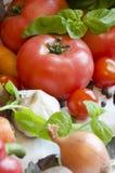 Tomate und Gemüse auf weißer Tischdeckennahaufnahme Stockfotos