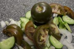 Tomate und geschnittenes Gemüse stockfotos