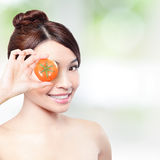 Tomate und glückliche Frau lächeln für Gesundheitskonzept Stockbild