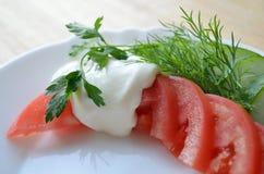 Tomate und Gurke auf weißer Platte Stockbilder