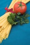 Tomate und Isolationsschlauch Lizenzfreie Stockfotos