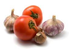 Tomate und Knoblauch getrennt auf Weiß lizenzfreies stockbild