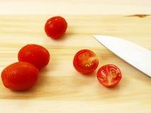 Tomate und Messer Stockbild
