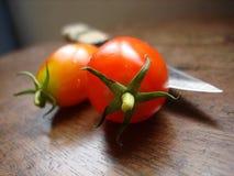 Tomate und Messer Stockfotografie