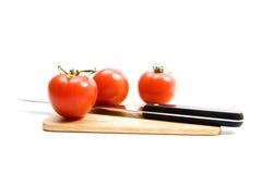 Tomate und Messer lizenzfreie stockfotografie