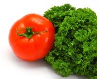 Tomate und neues Bündel Petersilie Stockfoto