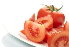 Tomate und Scheiben auf Platte Lizenzfreies Stockfoto