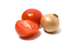 Tomate und Zwiebel getrennt auf Weiß Lizenzfreie Stockfotos