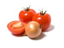 Tomate und Zwiebel getrennt auf weißem Hintergrund stockbild