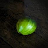 Tomate verde de la carne de vaca en una tabla de madera oscura Foto de archivo