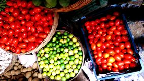 Tomate, verduras del limón etc en una tienda del pueblo foto de archivo