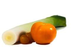 Tomate vermelho e alho-porro verde isolados Fotografia de Stock