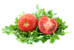 Tomate vermelho maduro e metade com alguma salsa Foto de Stock Royalty Free