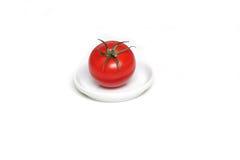 Tomate vermelho na placa fotografia de stock