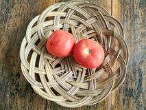 Tomate vermelho na tabela de madeira fotografia de stock