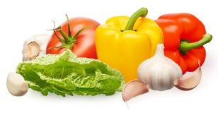 Tomate vermelho, pimentas de sino, salada verde e alho com cravos-da-índia imagem de stock