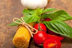 Tomate y albahaca italianos de las pastas de los espaguetis Foto de archivo