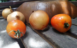 Tomate y cebollas en estante de la cocina en la cocina Fotografía de archivo libre de regalías