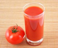 Tomate y jugo de tomate imagenes de archivo