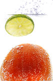 Tomate y limón en agua chispeante Imagen de archivo