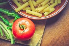 Tomate y macarrones crudos Imagen de archivo libre de regalías
