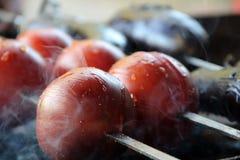 Tomate y patata Sabroso, delicioso, apetitoso, sano verduras Madera-encendidas de la parrilla Verduras asadas a la parilla Cocina Fotos de archivo