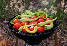 Tomate y pescados de las pimientas que asan a la parrilla en el Bbq Fotos de archivo