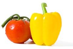 Tomate y pimienta aislados Fotografía de archivo libre de regalías