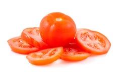 Tomate y rebanadas rojos del tomate en un fondo blanco Imagen de archivo libre de regalías