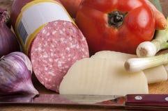 Tomate, Zwiebel, Knoblauch, Karotten, Wurst, georgischer Käse und ein k lizenzfreies stockbild