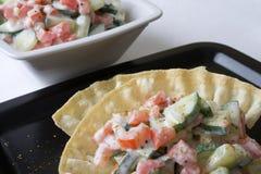 Tomategurke-Joghurtsalat lizenzfreies stockbild