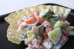 Tomategurke-Joghurtsalat stockfotos
