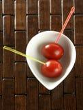Tomateimbiß und farbige Steuerknüppel Lizenzfreie Stockbilder