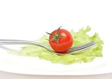 Tomatekirsche auf Gabel. Diät Stockbild