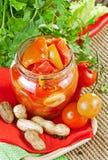 Tomatekonserven auf einem Leinendoily Lizenzfreie Stockfotografie