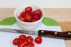 Tomaten allen gesneden met mes royalty-vrije stock afbeeldingen