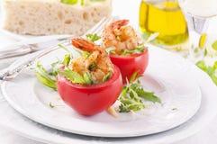 Tomaten angefüllt mit Garnelen Stockfotos