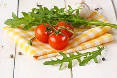 Tomaten, Arugula, Knoblauch. Stockfoto
