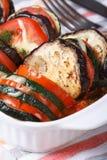 Tomaten, aubergine en courgette met kaas en dille worden gebakken die Stock Afbeeldingen