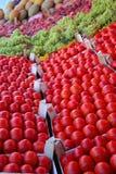 Tomaten auf Bildschirmanzeige am Basar Stockbilder